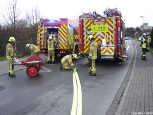 Bagger beschädigt Gasleitung, Erdgas strömt aus http://www.feuerwehrleben.de/bagger-beschaedigt-gasleitung-erdgas-stroemt-aus/ #feuerwehr #firefighter #raingen