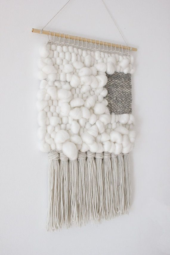Het tapijt is gemaakt van een selectie van mooie en kwalitatief hoogwaardige garens zoals sneeuwwit merino roving, merinoswol en rook grijs handspun alpaca wol. Het is de eenvoud, geweven geometrische vorm en zachte merino roving formulieren maken het zo uniek is.  Kleuren zijn waar, maar wees u ervan bewust dat er verschillen tussen mijn monitor en de jouwe zijn kunnen.  Opgehangen aan een houten stokje van 40 cm (16), deze weven hangt 57 cm (22,5) lang van het stokje aan einde van fringe…