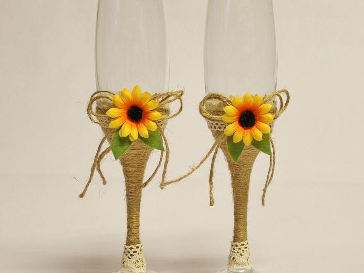 Pahare nunta rustice, Pahare miri floarea soarelui, Pahare miri nunta handmade  Paharele sunt decorate cu snur de iuta, dantela bumbac si miniaturi floarea soarelui. Capacitatea paharelor este de 22 cl.  Pretul este pentru setul de doua pahare.