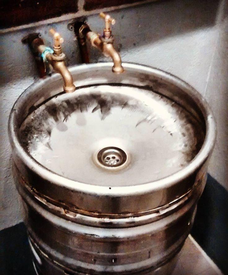 Lo que uno descubre tomando cervezas por cualquier tuburio...xD #art #artstreet #artbeer #beer #ilovebeer #bathdesign #bathroom #bathbeer #pickoftheday #pick #instagram #instapic #tgb by rsgsoriano