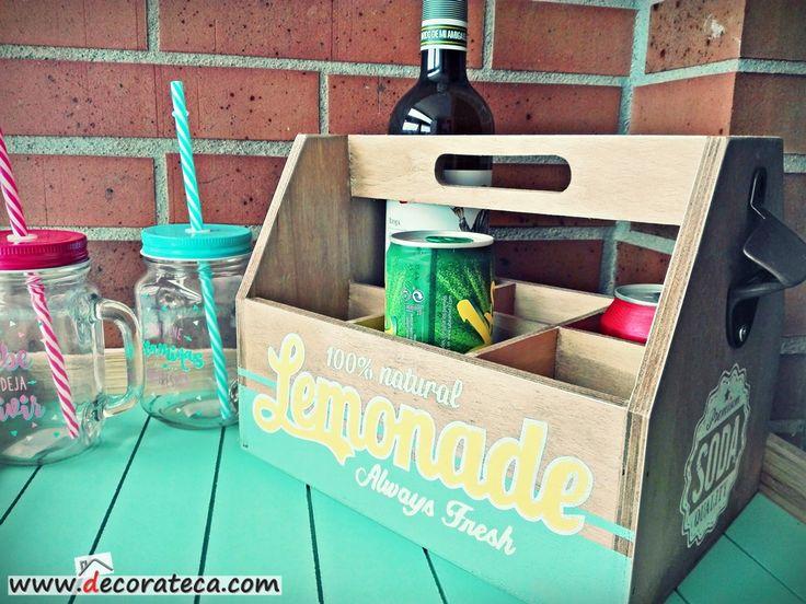 Originales cajas de madera botelleros Lemonade, con un bonito diseño veraniego en colores amarillo y verde mint con un toque retro moderno. Cuenta con asa superior y espacio para 6 botellas, latas o botellines. ¡Decora tus fiestas y sorprende a tus invitados! - WWW.DECORATECA.COM