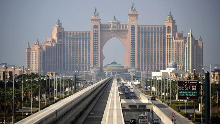 """Blick auf das Einschienensystem der Dubai Monorail über den Straßen auf dem """"Stamm"""" der künstlichen Insel The Palm in Dubai; Foto: picture alliance/zb"""