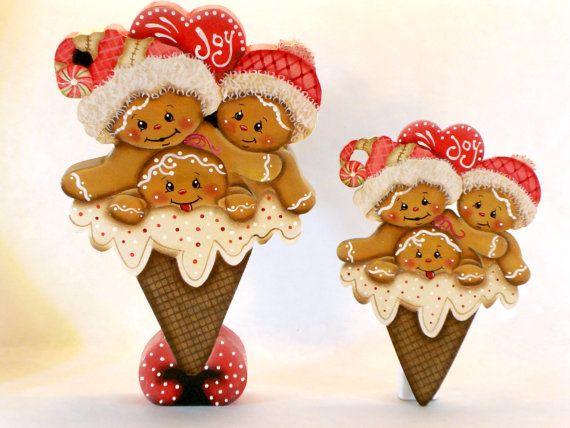 Imán de nevera de cono de helado corazón alegre o Shelf Sitter. Artículo # JMP334. Este es un diseño que muestra 3 jengibres adorables (2 con sombreros del invierno) en un cono de helado. Hay un corazón por encima de ellos que dice La alegría. Shelf Sitter muestra sentado en un soporte de cono de cono de helado. Pintura brillante en helado y furry partes del sombrero. Diseñar acuerdos: Jamie Mills-Price Imán: 5, corte de 1/8 madera contrachapada de abedul. Estante modelo: 7 1/2 altura…