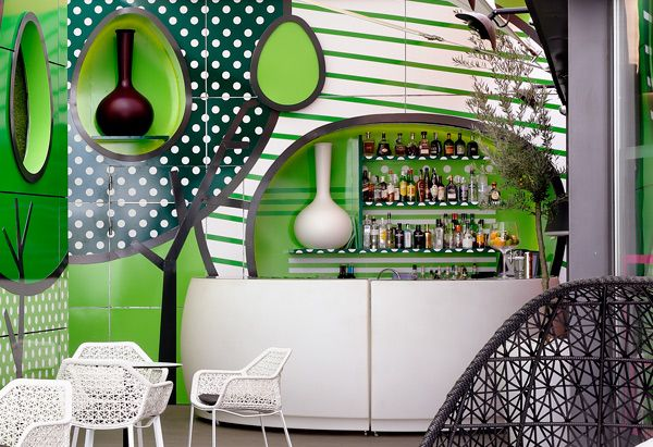 Rounded and curved on this outdoor Bar Terrace. The Bar Fiesta comes to increase this effect of softness. He interacts with the shape of the vases. And how did you think of the decoration of your Bar Restaurant? #luminousfurniture #restaurant #nightclub #bar #inspiration #vondom #barazzi