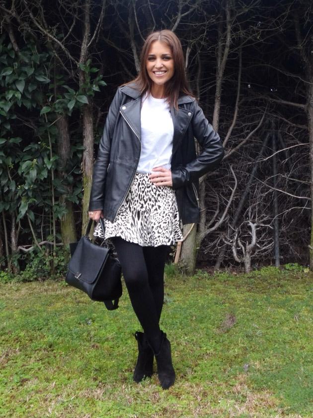 Look perfecto para el día a día. Chaqueta, falda y botines de Zara. Camiseta de Primark, medias de Calzedonia y bolso de Celine!