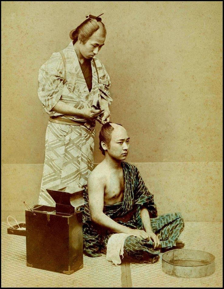 Fixing a chonmage topknot by Kusakabe Kimbei