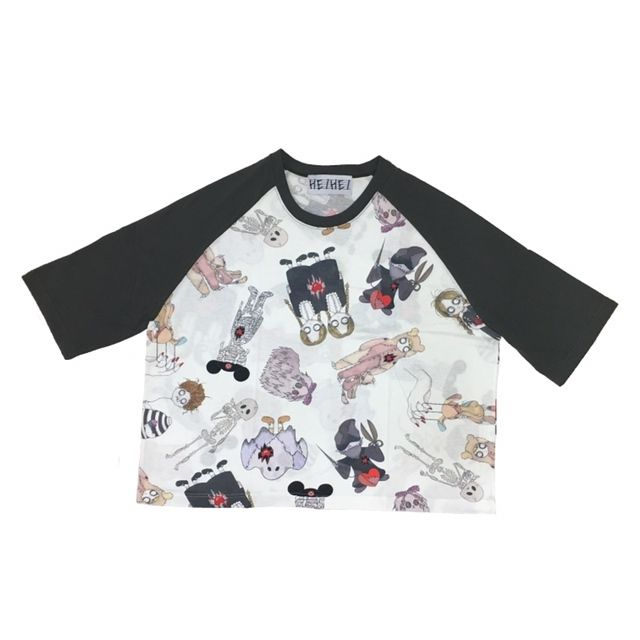 HEIHEI人気のプリントラグランTシャツから、様々なゴーストが、散りばめられたホラーな要素と可愛さを兼ね備えたインパクト大なアイテムです。メンズ、レディース問わず着ていただけます。丈     56袖丈 56※襟元から身幅 75モデル身長163センチ