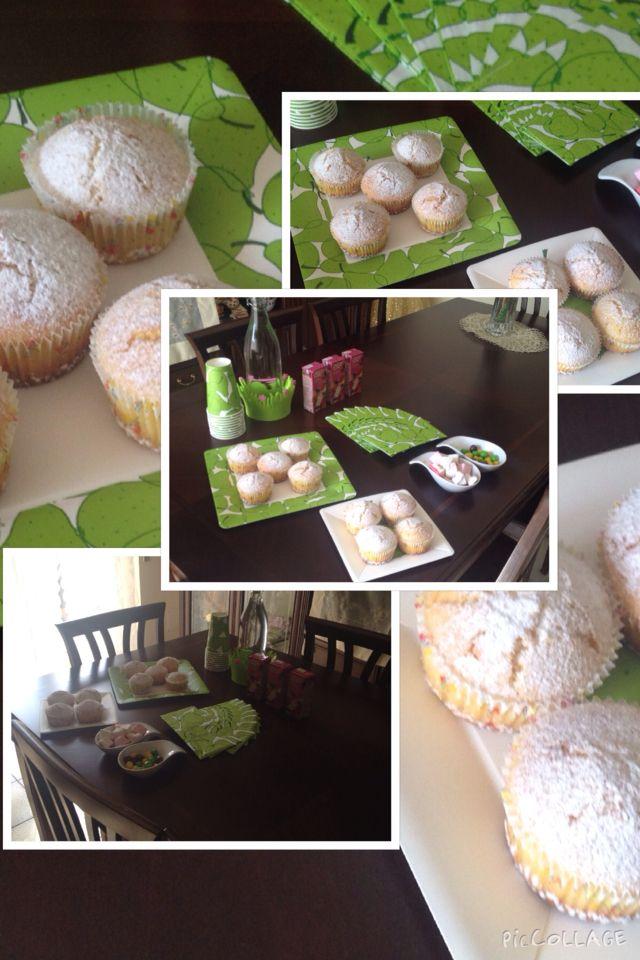 Un'idea per la merenda! Muffins soffici homemade e tovagliato Ikea... Il verde speranza che domina! Succhi 100% frutta e qualche allegra caramella.