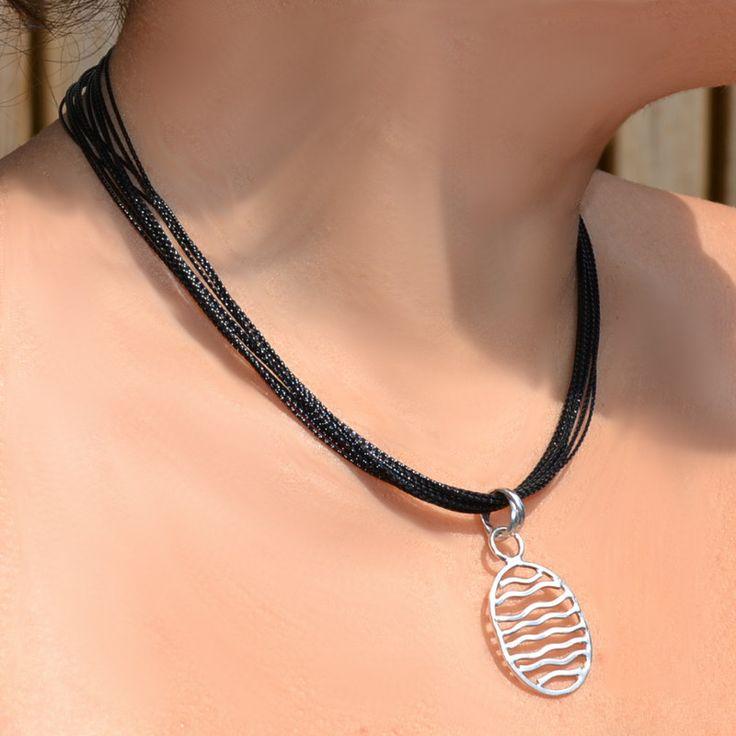 Zwarte ketting met een prachtige zilveren hanger.  http://www.dczilverjuwelier.nl/Zilveren_kettingen/zwart-001