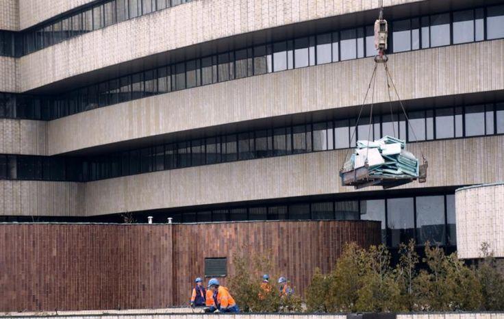 Hotel Praha jde definitivně k zemi, demolice začala — Regiony — ČT24 — Česká televize