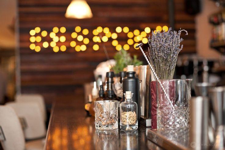 Bar/Restaurant situé au début de la rue Oberkampf, le Bespoke se démarque de ses voisins par une carte de cocktails pointus, accompagnée de bons petit plats