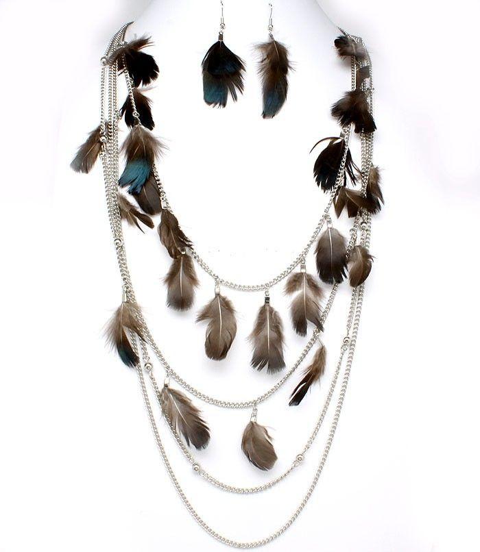Fashion kettingset Chloe bestaande uit een ketting met een set veren oorbellen. De ketting is viervoudig en afgewerkt met zwarte veren en zilverkleurige bolletjes. Deze ketting is in de nek verstelbaar tot 6cm    http://www.lookinggoodtoday.com/sieraden/kettingen
