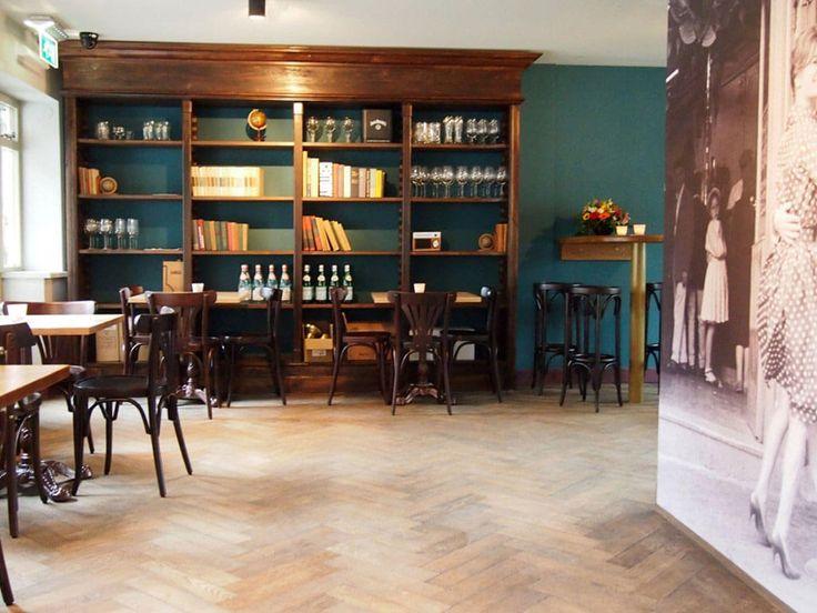 Restaurant / café inrichting met Thonet stoelen en houten barkrukken zonder…
