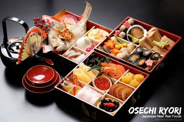 The Japanese celebrate the New Year Day with traditional New Year foods called Osechi Ryori (御節料理), here are some popular dishes.