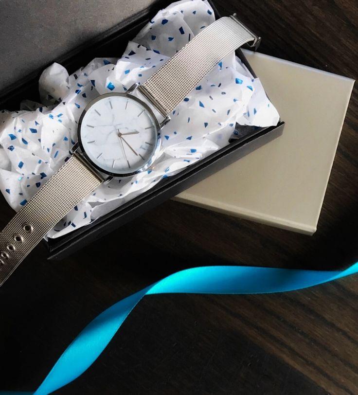 Pak jouw cadeaus extra feestelijk in! Bijvoorbeeld met een luxe doos, metallic vloeipapier en luxe lint.
