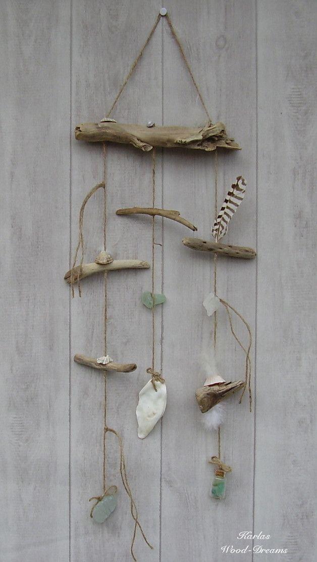 Ein kleineres Windspiel in natur und mint mit Materialien aus **Irland** wie Treibholz, Flaschenpost, Muscheln und Seeglas.  Alle Materialien sind mit einer schweren Juteschnur verbunden bzw....