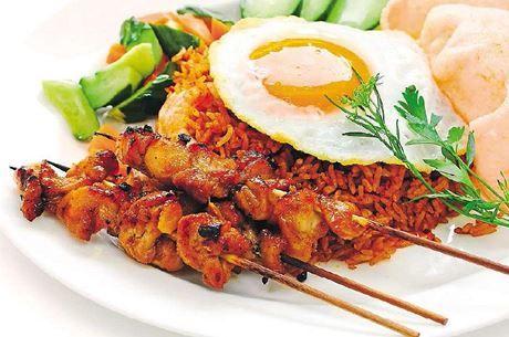 Nejznámější jídlo z rýže není nákyp ani rizoto, ale nasi goreng, indonéská smažená rýže s česnekem a říznou chili pastou. Přidat můžete i sázené vejce, jarní cibulku a trochu kuřecího.  | na serveru Lidovky.cz | aktuální zprávy