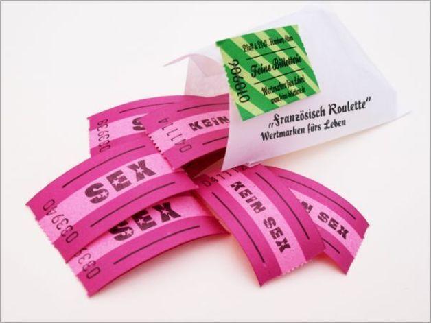 """Ein kleines frivoles Spielchen. Bei """"Französisch Roulette"""" greift man mit verbundenen Augen ins Tütchen und zieht eine Wertmarke. Darauf kann stehen """"SEX"""" oder eben """"KEIN SEX""""...  Die Chancen..."""