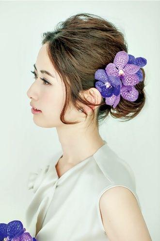トップは少しボリュームをつけ、手ぐしでまとめたような無造作スタイル ウェディングドレス・カラードレスに合う〜シニヨンの花嫁衣装の髪型まとめ一覧〜