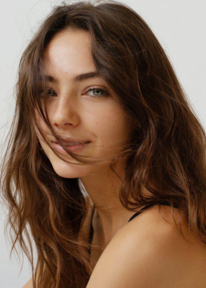 Chic Management: Amelia Zadro. BELLA COMO SOLO, TU. ~~~~~~~~~~~~~~~~~~~~~ Muitas vezes um rosto não tão belo quanto esse mas tem uma harmonia de traços que chamam atenção agradando esteticistas e multidão. . . ~Sol Home~