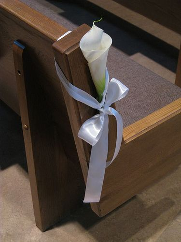Nice and simple pew decor (red roses instead)
