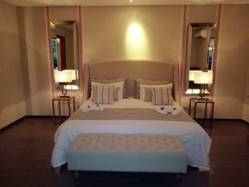 Holiday Villa Pantai Indah Bintan Lagoi Located in Lagoi, northern of Bintan Island, Holiday Villa Pantai Indah Bintan features air-conditioned and spacious rooms. Holiday Villa Pantai Indah Bintan features free private parking and free WiFi throughout the property.