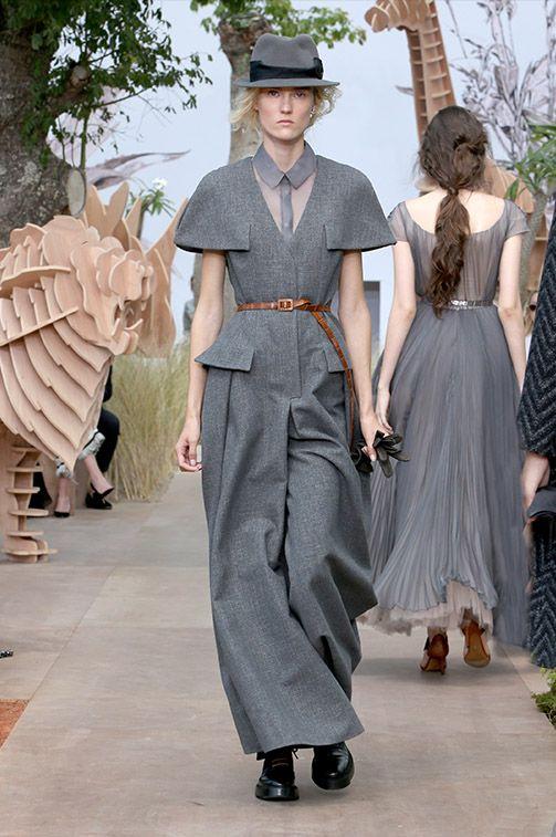 Desfile de Dior Alta Costura otoño-invierno 2017-2018. París.(Parte I) Maria Grazia continua desarrollando el tema de una mujer fuerte.  O eres una mujer fuerte, o este mundo lleno de animales salvajes te come.  Sin duda, Mujer Dior es una mujer autosuficiente, independiente y tanto orgullosa #coleccion #desfile #Dior #altacostura #semanadelamoda #paris #blog #fashion #fashionblog #collection #mariagraziachiuri #luxury #style #designer #design #details #hautecouture