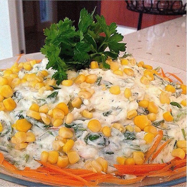 Patatesli semizotu salatası 2 tane orta boy haşlanmış patates 3 tane kornişon turşusu 1 demet semiz otu 2 diş sarmısak 1 tutam dereotu 1 tane havuç 1 sobardağı kadar süzme yoğurt 1 çay bardağı kadar yoğurt 2-3 yemek kaşığı mayonez İsteğe bağlı mısır Yapılışı Patates,havuç,sarmısak rendelenecek.diğer tüm malzemeler doğranacak.yoğurt ve mayonezle harmanlanıp servis tabağına alıp,afiyetle yeyin...küçük bir misafirmiz var bugün menü onlara göre şekillenecek ☺️ Hayırlı hüzel günlere