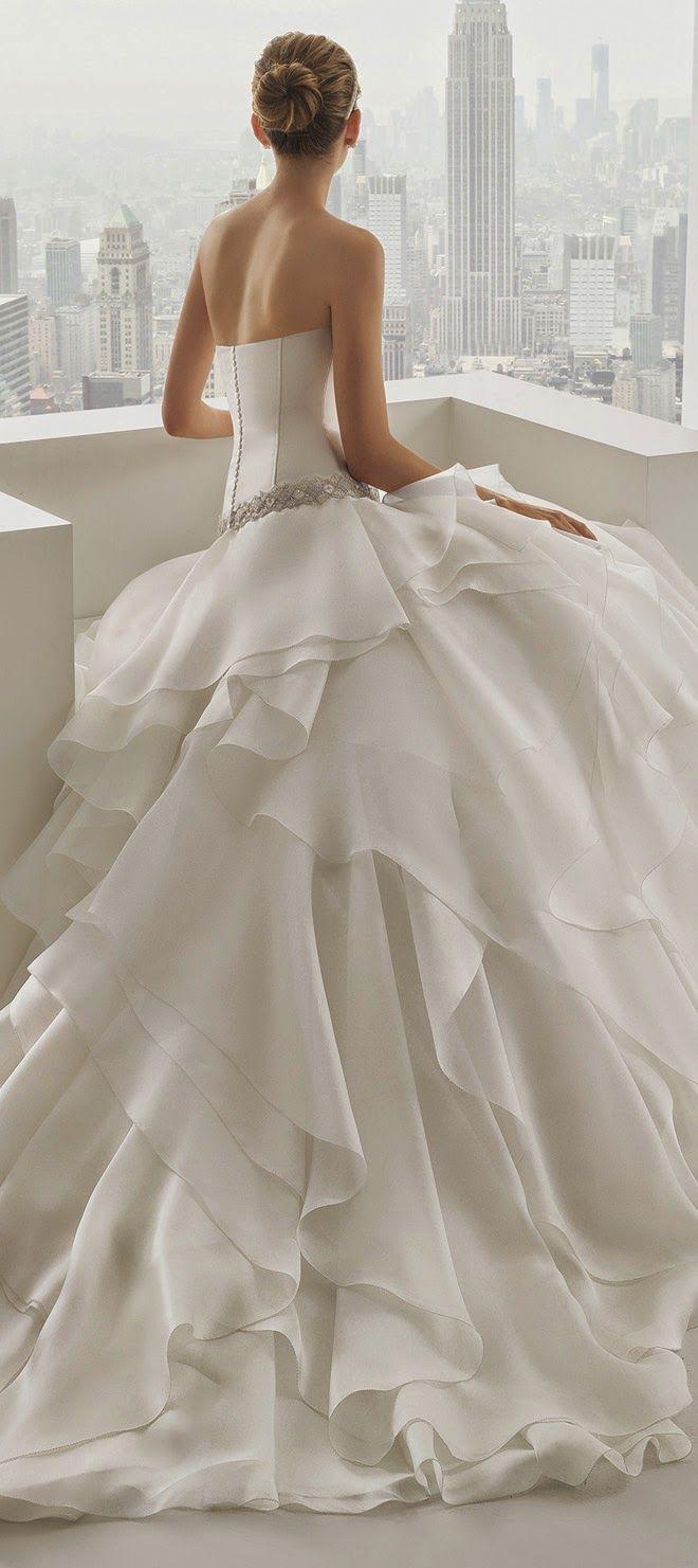 En Riomar fotógrafos nos gusta este precioso vestido de novia de Rosa Clara 2015.  http://riomarfotografosdeboda.com