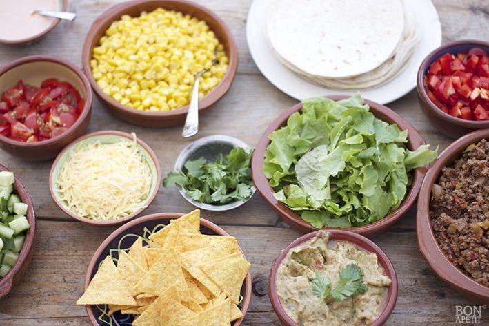 Waarom altijd friet of pannenkoeken op een kinderfeestje? Denk eens aan Mexicaanse wraps, die de kinderen zelf kunnen vullen. Lees recept op BonApetit.