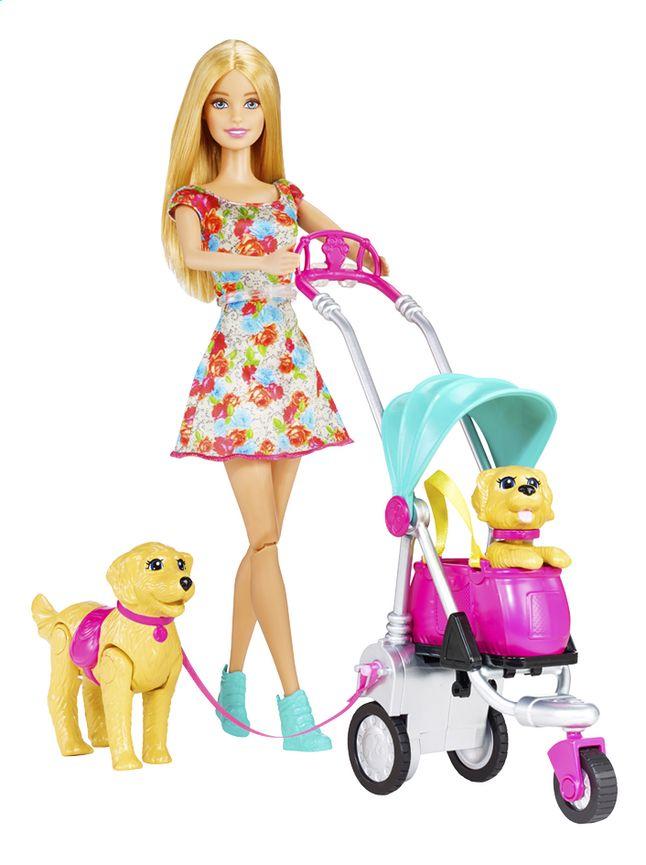 Barbie vindt het zalig om samen met haar 2 honden lange wandelingen te maken. Gelukkig kan d'r puppy in de wandelwagen zitten zodat ie niet te moe wordt!