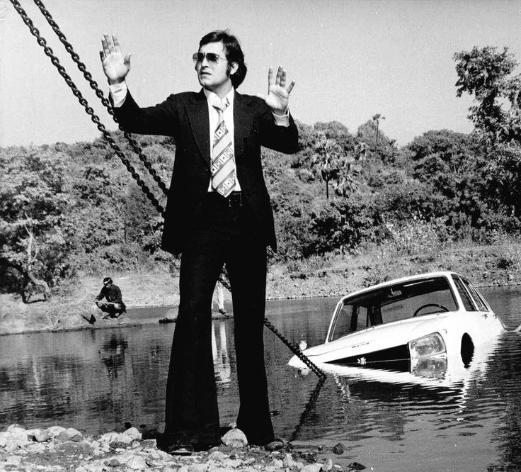 (1977) Vinod Khanna in a still from film 'Inkaar'; a remake of a Akira Kurosawa's Japanese film 'High and Low' (1963). Film History Pics (@FilmHistoryPic) on Twitter