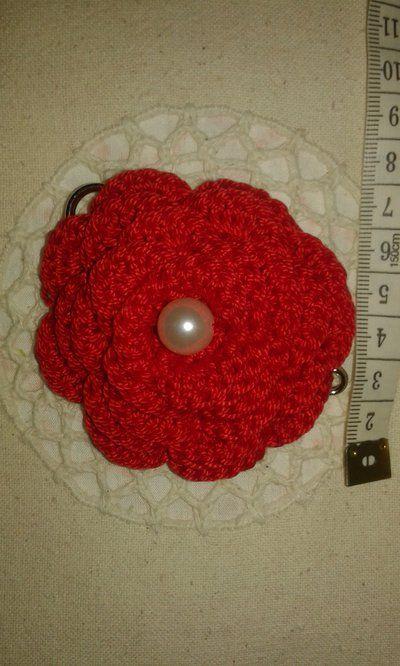 Spilla ROSA rossa dona all'uncinetto accessorio per sciarpe, maglioni, cardigan, borse