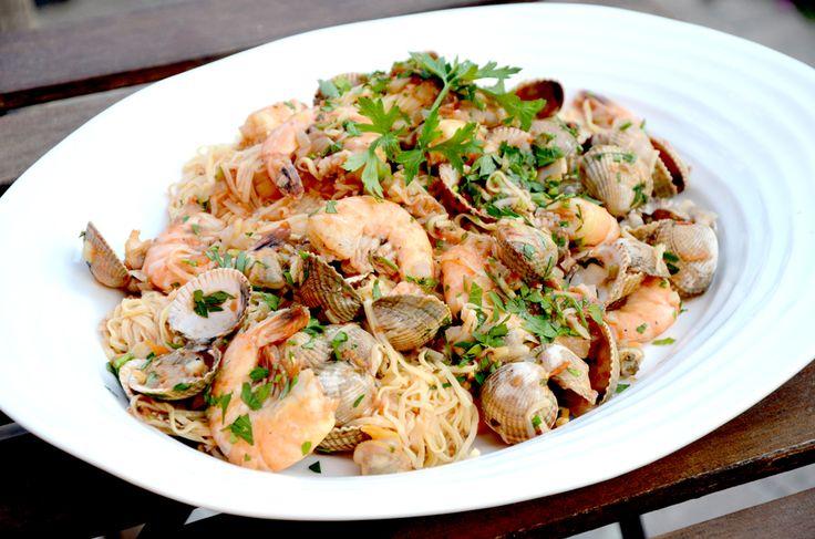 Pasta marianara - hjemmelagd spagetti med hjerteskjell/blåskjell, scampi og ansjos - er perfekt sommermat.