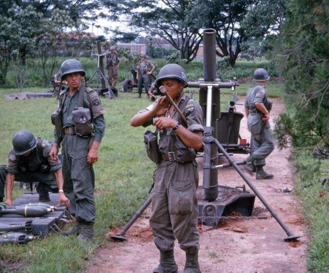 Swedish soldiers prepare to retake the town of Kaminaville as part of UN operations in the Congo, 30 Dec 1962.