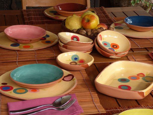 Vajilla de Los Riegos decorada con círculos de colores