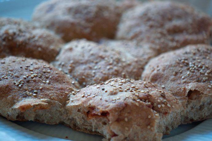 Opskrift på lækre calzone boller med indbagt fyld af ost, skinke eller pølse og basilikum. Et hit til madpakken eller bare som hyggesnack