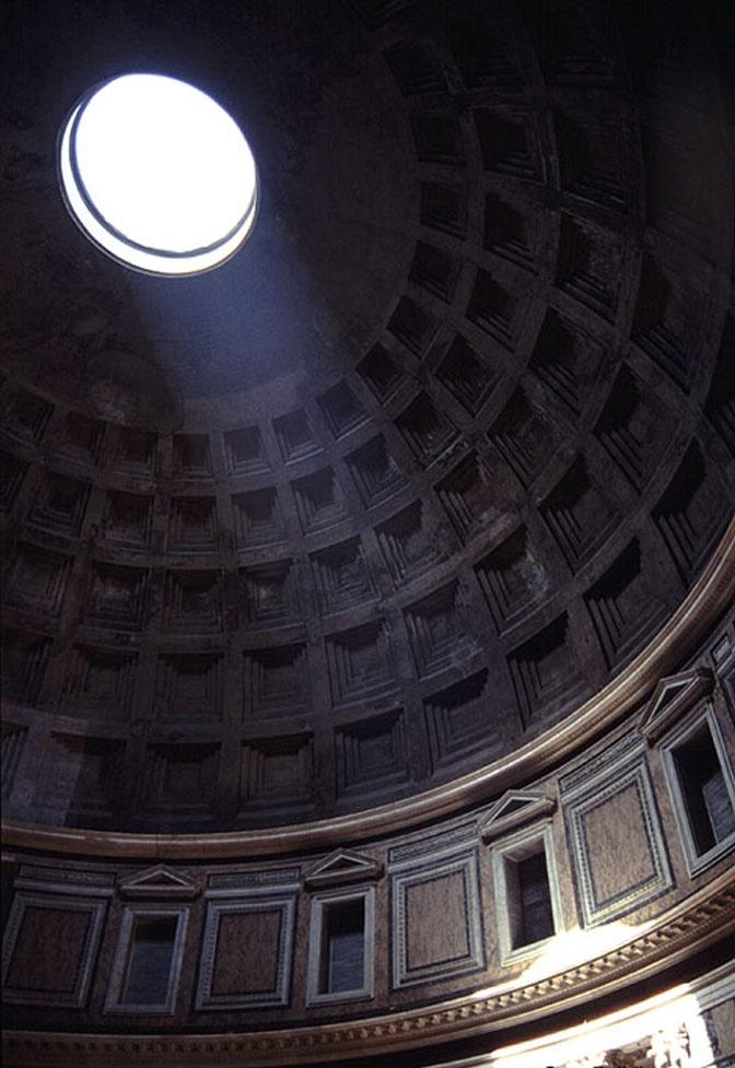 판테온 신전 (Pantheon) - 이탈리아 :: 네이버 블로그    천장에 난 구멍이지만 비바람이 몰아쳐도 새지 않는다고 한다. 신기하네.  뭔가 경건한 느낌이 든다. 신전이라고 생각하고 봐서 그런가?  한가로운 오후에 대청마루에 누워 낮잠을 청할 때 눈을 간지럽히는 햇살이 떠오른다.