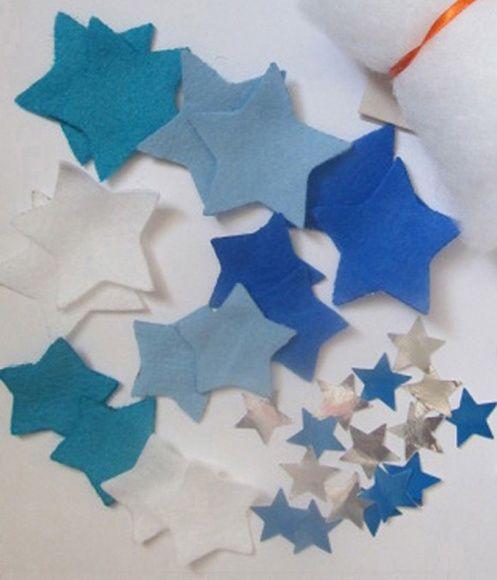 DE QUE SÃO FEITOS OS SONHOS  Fio de Estrelas  Perfeito para aquelas crianças que ainda não tem idade para costurar mas que adoram brincar de fazer enfeites!  Este sonho é feito de: 15 estrelas de feltro de tamanhos e cores variadas, 1 metro de fita de cetim, 15 estrelas de papel brilhante e folheto de instruções.  Você vai precisar de: cola branca (que não acompanha o produto).  Disponível em diversas combinações de cores (tons de azul e prata, tons de amarelo). Consulte-nos a ...
