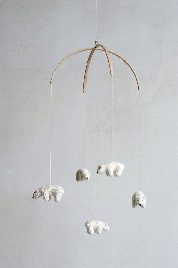 Eisbär-Baby-Mobile ist SOFORT LIEFERBAR!  Diese schönen fliegenden Bären bringt Freude und Erbsen zu Ihrem Kindergarten. Ich stricken diese Bären aus weichen gemischten Wollgarn. Farbe ist weiß (Elfenbein, Creme), nicht rein naturweiß. Sie sind gefüllt mit weißen undied Naturwolle. Bären hängen Buche halben Kreis Informationen (10 Durchmesser).  Es gibt 2 große Bären (Eltern :)) und 3 kleine Bären. Größe des großen Bären ist 2 ~ 3/8 Länge, 2 in der Höhe. kleine Bären sind 2 1/2 lang...