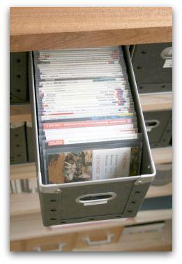 今日はCDやDVDのケースをコンパクトにする収納をご紹介いたします。 (前回の続きです)  無印良品の硬質パルプボックスを引き出すと、こうなっていま...