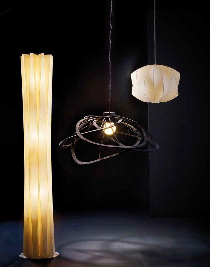 Lanzada al mercado en 1947, la lámpara Propeller es uno de los diseños icónicos de George Nelson. Cuenta con estructura de alambre y está cubierta de material plástico translúcido que genera una luz cálida y pareja.