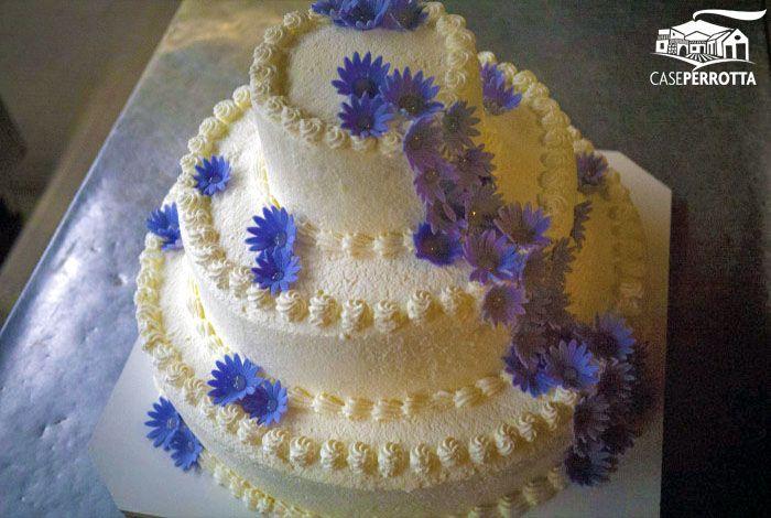 Torta nuziale con panna e fiori