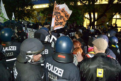 Rund 4000 Menschen demonstrierten am Samstag für den Erhalt des Hausprojekts in der Rigaer Straße in Berlin. Bei Auseinandersetzungen mit der Polizei wurden Beamte verletzt - und viele Demonstranten, berichtet ein Teilnehmer.