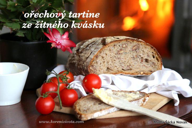 Obměna klasického nadýchaného bílého chleba, tentokrát se žitným kváskem a velmi chutnými ořechy ve střídce. Zvládnou i začátečníci!