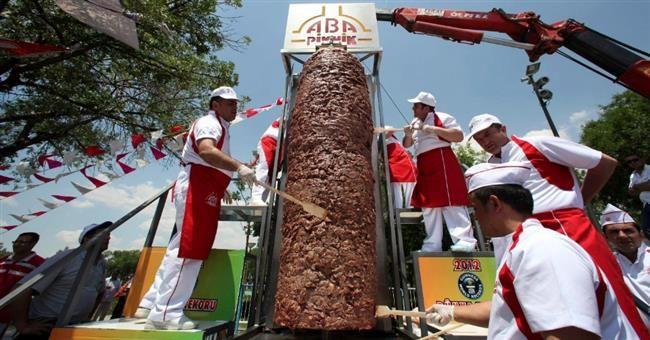 http://turkkey.ru/kulinarnye-rekordy-turcii/  Кулинарные рекорды Турции  Турция может смело похвастаться не только богатой кулинарной культурой, но и турецкие повара не устают удивлять мир рекордами в области приготовления пищи. Если открыть книгу рекордов Гиннесса, то без труда можно найти рекорды, которые имели место именно в Турции.   #турецкаякухня #кулинария #рекорды #турция #вкуснаяеда #донер #пишманье #сладости
