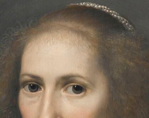 Michiel Jansz van Mierevelt: Ritratto di signora con grande collana di perle. olio su tela della metà del 1600. Collezione privata. Due splendidi occhi e sopra una fronte molto alta, con i capelli tirati indietro e trattenuti da una doppia fila di perle ritorte. Dalle tempie scendono i i capelli sottili che, tenuti sciolti, sono molto vaporosi.