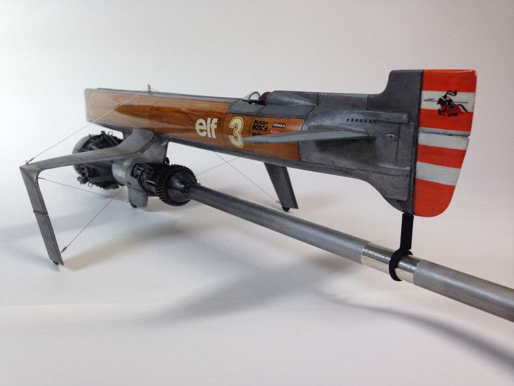 1/24のオリジナル飛行機です。本体はメーカ名・スケールを忘れましたがロシアの原潜を上下逆さまにしています。他に様々なキットを使ってモデリングしています。 デザインコンセプトは木目の機体とゴチャメカエンジンを作りたかっただけです^ ^ 木目は色鉛筆で描いた後にエナメルのカラークリアーを筆塗りしました。 ですが今回、最後の最後に木目の部分をマスキングしたら剥がす時にデカールから持っていかれてしまうアクシデントがありました。(泣 やはり作業手順はよく考えないといけませんねwww