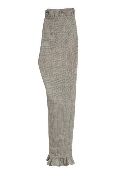 Pantaloni con volant: Pantaloni alla caviglia in tessuto con dettagli a volant. Tasche dietro a filetto. Vita alta e gamba a sigaretta. Patta con cerniera e gancetto.