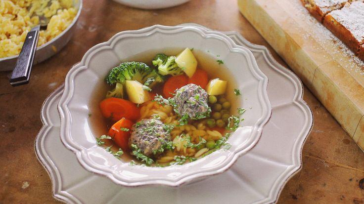 Olyan jó, amikor ráérősen el tudunk készíteni egy egész menüsort a családnak. Dóra a mai adásban brutál recepteket hozott el. Zöldségleves gombagombócokkal, lassan sült marhaszegy mázas zöldségekkel és egy frenetikus citromos-pisztáciás szelet. Minket meggyőzött!Lasssan sült…
